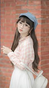Desktop hintergrundbilder Asiatische Braune Haare Baseballmütze Starren Brille Hand Süß junge Frauen