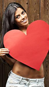 Hintergrundbilder Valentinstag Brünette Bretter Lächeln Herz Mädchens