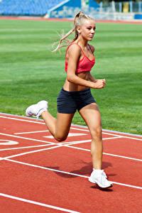 Fotos Blond Mädchen Körperliche Aktivität Lauf Mädchens Sport