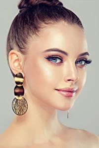 Bilder Grauer Hintergrund Brünette Ohrring Gesicht Kopf Mädchens