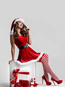 Hintergrundbilder Neujahr Weißer hintergrund Braune Haare Mütze Uniform Bein High Heels Long Socken Geschenke junge frau