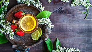 Fotos Blühende Bäume Tee Erdbeeren Zitrone Bretter Ast Tasse Lebensmittel