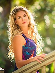 Fotos Unscharfer Hintergrund Blick Kleid Blond Mädchen Frisuren junge frau