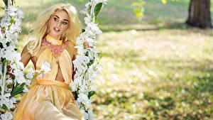 Fotos Blühende Bäume Schmuck Blond Mädchen Make Up Kleid Schaukel junge frau