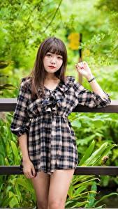 Hintergrundbilder Asiatisches Unscharfer Hintergrund Kleid Braunhaarige Blick Hand Mädchens