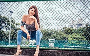 Hintergrundbilder Asiatische Zaun Sitzend Jeans Lächeln Blick Bein Mädchens