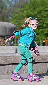Hintergrundbilder Kleine Mädchen Lächeln Brille Rollschuh Unscharfer Hintergrund Kinder