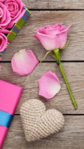 Papéis de parede Rosas Dia dos Namorados Tábuas de madeira Cor-de-rosa Coração Flores
