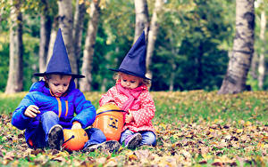 Hintergrundbilder Feiertage Halloween Kürbisse Zwei Junge Kleine Mädchen Der Hut Sitzen kind