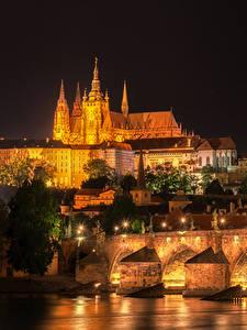 Fotos Prag Tschechische Republik Gebäude Fluss Brücken Karlsbrücke Straßenlaterne Nacht Städte
