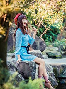 Bilder Asiatische Stein Sitzt Kleid Bein Barett junge frau
