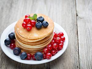 Fotos Eierkuchen Heidelbeeren Johannisbeeren Bretter Teller Lebensmittel