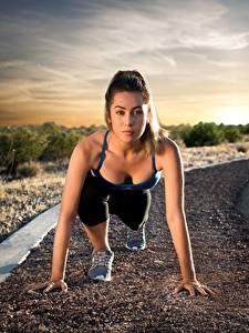 Bilder Fitness Straße Posiert Starren Laufsport Start Mädchens