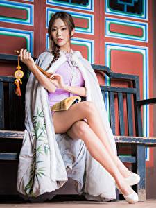 Bilder Asiatisches Bank (Möbel) Sitzen Bein Kleid Braunhaarige Blick junge Frauen