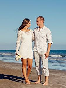 Fotos Paare in der Liebe Mann Umarmung Strand Zwei Auf ein datum date junge frau