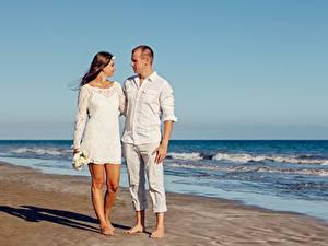 Fotos Paare in der Liebe Mann Umarmung Strand Zwei Mädchens