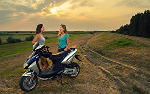 Fotos Motorroller 2 Helm Lachen junge Frauen