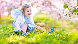 Bilder Schmetterlinge Frühling Feen Kleine Mädchen Sitzen Kinder