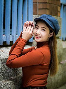 Bilder Asiaten Hand Lächeln Baseballcap Blick Mädchens