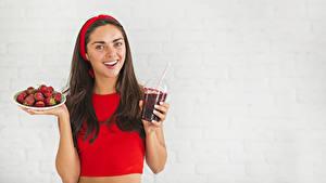 Hintergrundbilder Erdbeeren Grauer Hintergrund Braune Haare Lächeln Trinkglas Starren Mädchens