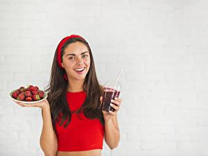 Hintergrundbilder Erdbeeren Grauer Hintergrund Braunhaarige Lächeln Trinkglas Blick Mädchens