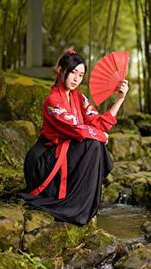 Hintergrundbilder Asiaten Stein Bäche Sitzt Kimono Fächer Starren junge frau