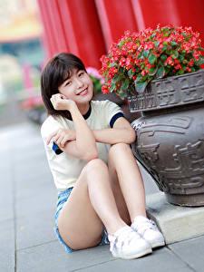 Bilder Asiatische Unscharfer Hintergrund Sitzend Bein Shorts Lächeln Starren Mädchens