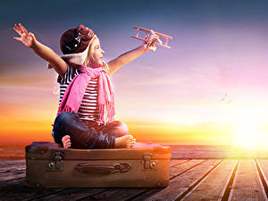 Bilder Sonnenaufgänge und Sonnenuntergänge Flugzeuge Kleine Mädchen Koffer Schal Hand Mütze Glücklich Kinder