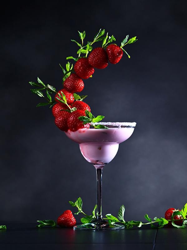 Foto Erdbeeren Cocktail Weinglas Lebensmittel Grauer Hintergrund Design 600x800