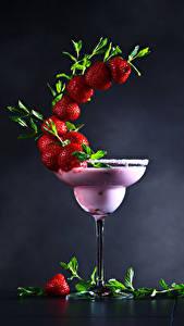 Fotos Cocktail Erdbeeren Grauer Hintergrund Weinglas Design das Essen