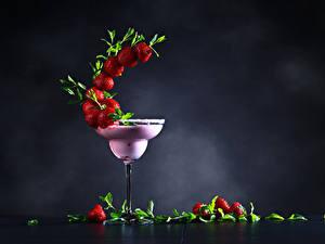 Fotos Cocktail Erdbeeren Grauer Hintergrund Weinglas Design Lebensmittel