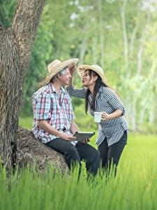 Hintergrundbilder Asiatische Mann 2 Der Hut Sitzend Gras Brünette Mädchens