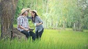 Hintergrundbilder Asiatische Mann Zwei Der Hut Sitzend Gras Brünette Mädchens