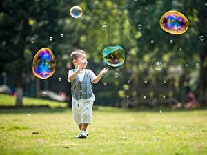 Hintergrundbilder Asiatisches Jungen Seifenblasen Unscharfer Hintergrund Gras kind