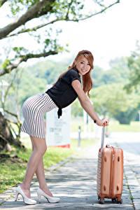 Desktop hintergrundbilder Asiaten Bokeh Braunhaarige Posiert Koffer Hand Rock Bein Stöckelschuh junge frau
