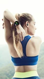 Fotos Fitness Uhr Armbanduhr Rücken Hand Samsung Gear S3 Frontier Mädchens