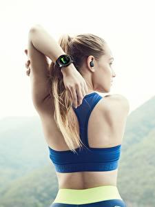 Fotos Fitness Uhr Armbanduhr Rücken Hand Samsung Gear S3 Frontier Sport Mädchens