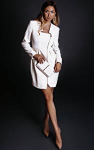 Fotos Grauer Hintergrund Braune Haare Kleid Bein Mädchens