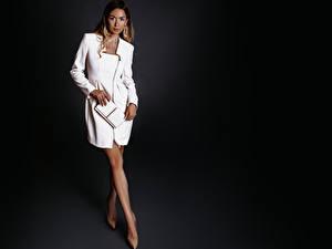 Fotos Grauer Hintergrund Braune Haare Kleid Bein