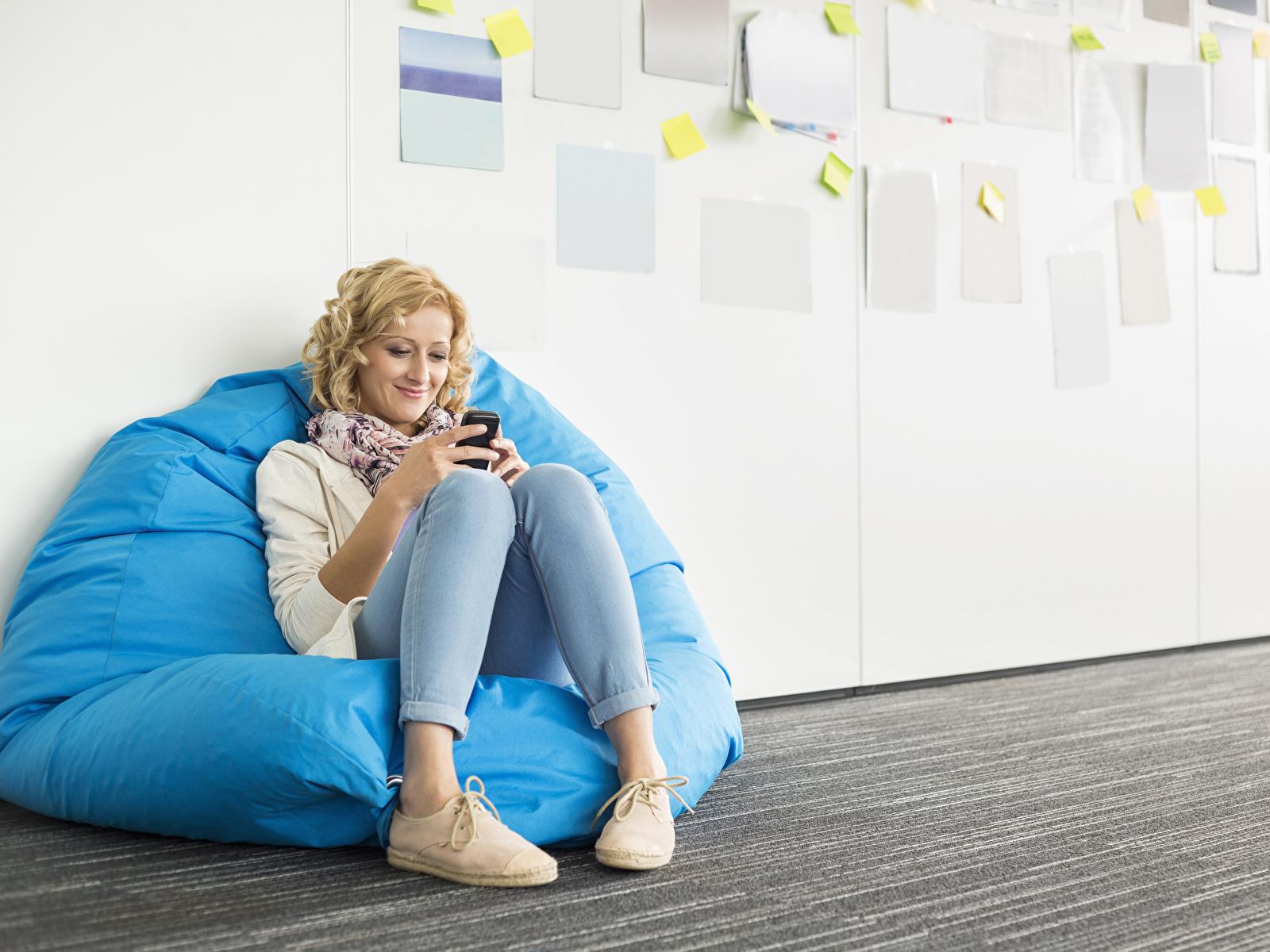 Fotos von Blond Mädchen Lächeln Mädchens Bein sitzt 1600x1200 Blondine junge frau junge Frauen sitzen Sitzend