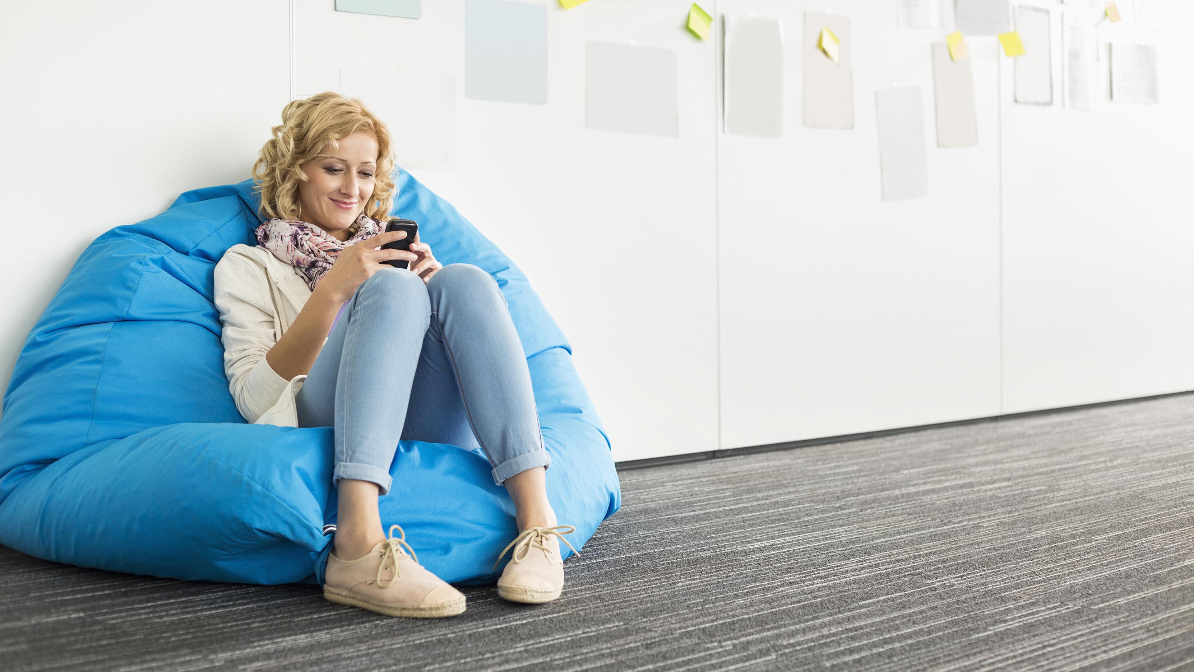 Fotos von Blond Mädchen Lächeln Mädchens Bein sitzt 3840x2160 Blondine sitzen Sitzend