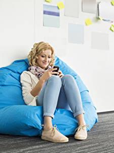 Hintergrundbilder Blond Mädchen Sitzt Lächeln Bein junge Frauen