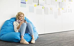 Hintergrundbilder Blond Mädchen Sitzt Lächeln Bein Mädchens