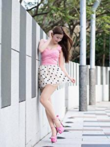 Hintergrundbilder Asiatisches Braunhaarige Unscharfer Hintergrund Hand Kleid Bein Stöckelschuh Mädchens