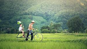 Fotos Asiatisches Mann Zwei Gras Fahrräder Junge Der Hut kind