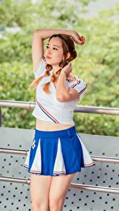 Bilder Asiaten Posiert Rock T-Shirt Hand Zopf Braune Haare