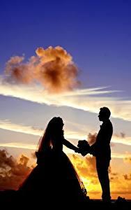 Fotos Sonnenaufgänge und Sonnenuntergänge Himmel Mann Paare in der Liebe Wolke Silhouetten Zwei Bräutigam Braut