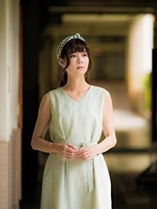 Fonds d'écran Asiatique Arrière-plan flou Aux cheveux bruns Main Les robes Voir jeune femme