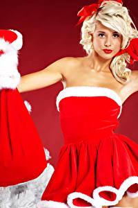 Fonds d'écran Nouvel An Blondeur Fille Uniforme Les robes Cadeaux Fond rouge