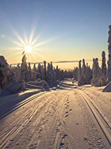 Hintergrundbilder Finnland Lappland Landschaft Morgendämmerung und Sonnenuntergang Wege Winter Landschaftsfotografie Sonne Lichtstrahl Schnee